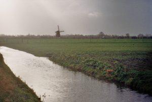 Einde van een fietstocht. Molen in het Hollandse landschap