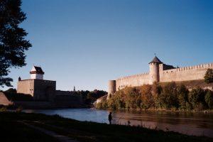 Van Sjundorovo naar Narva - vrieskou. Twee forten in Narva