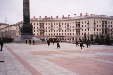 Minsk - staatscircus - soldaten op overwinningsplein