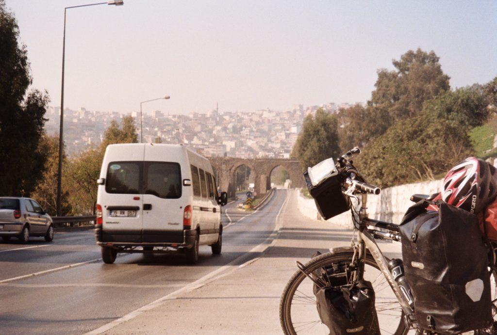 De spullen op een fietsreis - Een fiets - bij Izmir