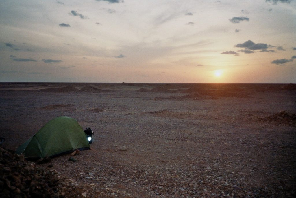 De spullen op een fietsreis - kampeergerei - tent in Kenia