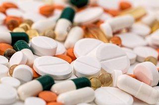 De spullen op een fietsreis - EHBO-kit - pillen